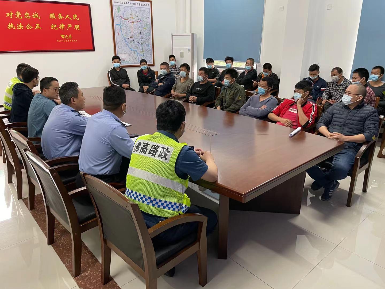 路政大队与高速交警、市交通执法队伍约谈涉嫌违法人员.jpg