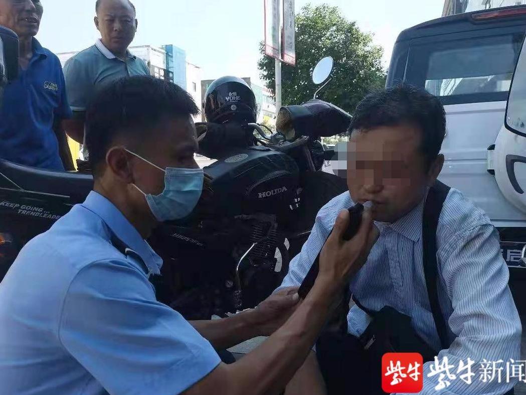 """阜宁一男子酒驾逃跑玩""""蛇形走位"""",摔倒还诬赖交警..."""